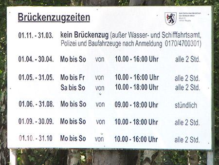 Schild mit den Öffnungszeiten der Klappbrücke