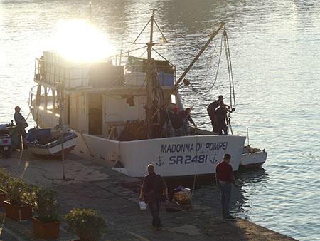 Fischerboot im Abendlicht